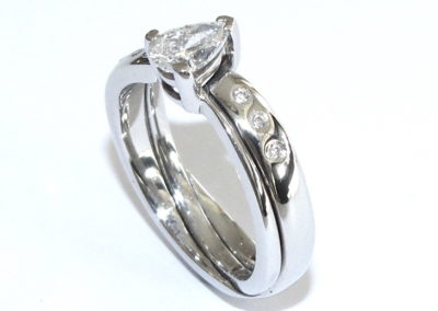 Crossover fitted wedding ring