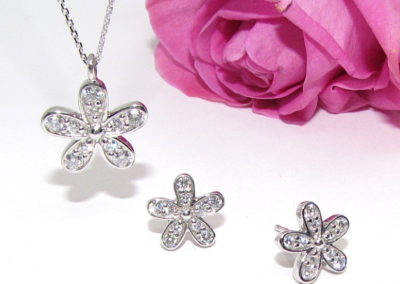 9ct white gold diamond daisy pendant
