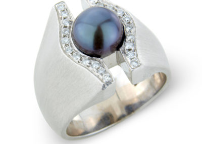 18ct white gold pearl and diamond ring